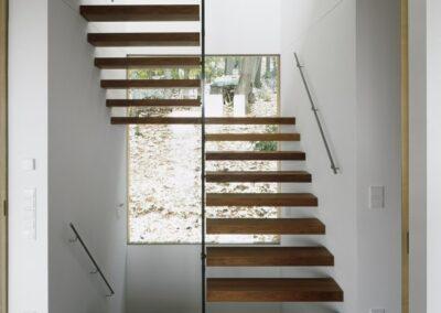 elegante-escalera-madera-suelo